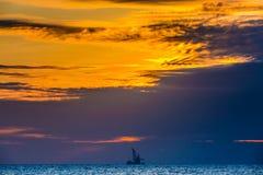 在海日落的浮动石油平台 海南,中国 免版税库存图片