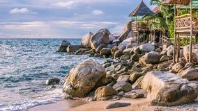在海日落的,酸值陶,苏梅岛,泰国的竹小屋 图库摄影