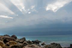 在海景上的太阳光芒 免版税库存图片