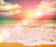 在海暮色时刻的-葡萄酒过滤器的美好的日落 免版税库存图片