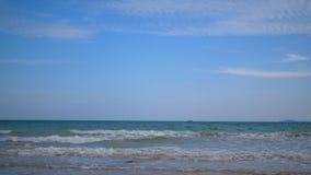 在海有美丽的蓝天的和波浪的一个渔船航行在海滩 股票视频