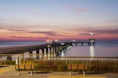 在海桥梁的日出在布尔加斯海湾,保加利亚 免版税库存图片