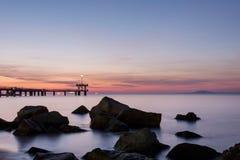 在海桥梁的日出在布尔加斯海湾,保加利亚 免版税库存照片