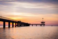 在海桥梁的日出在布尔加斯海湾,保加利亚 免版税图库摄影