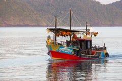 在海水的五颜六色的游船在酸值附近张,泰国海岛  免版税库存照片