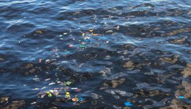 在海水的垃圾 塑料垃圾在海洋 生态学问题 都市海边污染 免版税库存照片