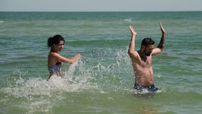 在海水的夫妇戏剧 他们互相大幅度削减 然后年轻人放弃并且落入水 影视素材