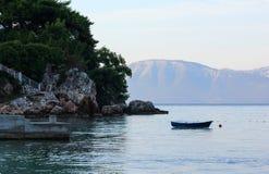 在海水的小渔船 免版税库存图片