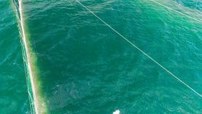 在海水的捕鱼网在黑海的海岸附近在瓦尔纳,保加利亚,空中寄生虫视图 影视素材