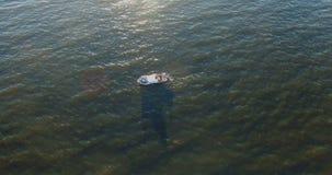 在海水的汽船与反射在起波纹的太阳挥动 股票视频