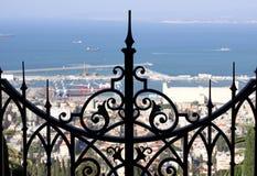 在海法给上部大阳台Bahai庭院装门 图库摄影
