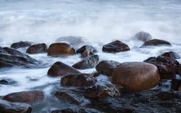 在海波浪的圆的石头 免版税库存照片