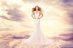 在海波浪的时装模特儿,挥动在风,艺术画象的典雅的白色礼服发型的美女 免版税库存照片