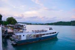 在海泰国普吉岛的大小船 图库摄影
