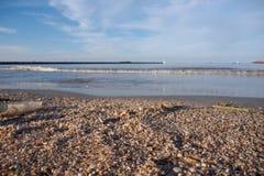 在海洋冲击的破烂物对水污染 库存照片