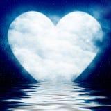 在海洋反映的心形的月亮 皇族释放例证