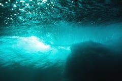 在海洋和阳光的水下的桶波浪 水纹理在海洋 库存图片