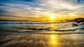 在海洋天际的日落和海滩在从阵营观看的一个好冬日咆哮 免版税库存照片