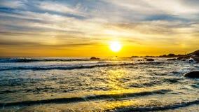 在海洋天际的日落和海滩在从阵营观看的一个好冬日咆哮 免版税库存图片