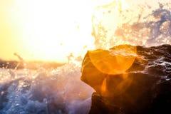 在海洋岩石的波浪 免版税库存照片