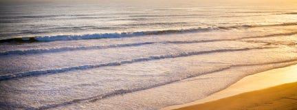 在海洋岸的美好的橙色日落 图库摄影
