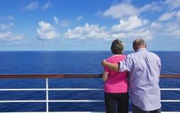 在海洋巡航的高级夫妇 库存图片