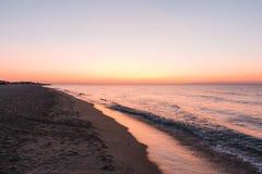 在海洋或海海滩的桃红色日落 库存图片