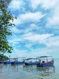 在海洋排队的渔船在渔夫村庄 免版税库存图片