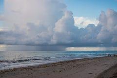 在海洋接近的海滩的飓风 免版税库存照片