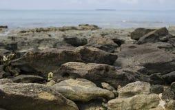 在海洋旁边的岩石形成 库存图片