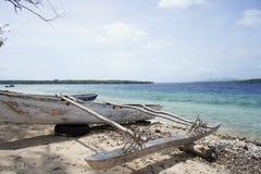 在海洋旁边的靠岸的indiginous独木舟 库存照片