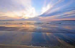 在海洋沙洲的日落反映 库存图片