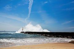 在海洋海岸的海浪,在灯塔附近在波尔图 免版税库存图片