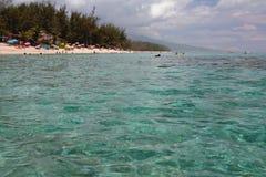 在海洋海岸盐水湖偏僻寺院,团聚的透明水 免版税库存图片