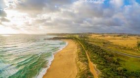 在海洋海岸线的发光的日落 免版税库存图片