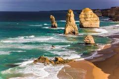 在海洋海浪的岩石耶稣十二门徒 库存图片