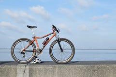 在海洋海湾断裂水显示的登山车 免版税库存照片