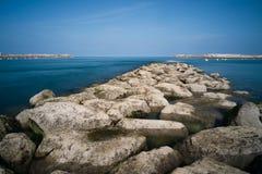 在海洋海湾的大石头 库存图片