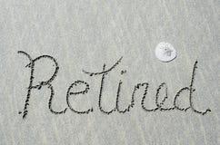 在海洋海滩沙子写的退休的消息 免版税图库摄影