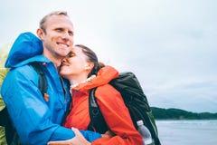 在海洋海滩的爱恋的夫妇旅客画象 图库摄影