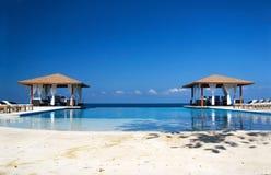 在海洋游泳二的池summerhouses附近 免版税库存照片