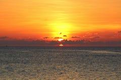 在海洋的剧烈的日落在泰国 免版税库存图片