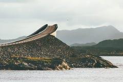 在海洋的大西洋路Storseisundet桥梁 图库摄影