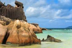 在海洋的岸的岩石Seychells的 免版税库存图片