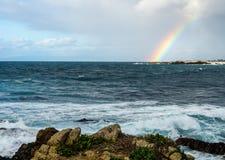 在海洋的彩虹在Pebble海滩,蒙特里附近半岛, Califor 免版税库存图片