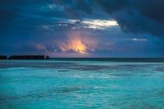 在海洋的惊人的日落 五颜六色的反射在水中 库存照片