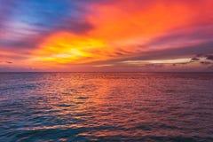 在海洋的惊人的日落 五颜六色的反射在水中 免版税库存图片