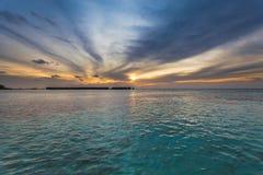在海洋的惊人的日落 五颜六色的反射在水中 免版税库存照片