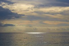 在海洋的日落在王侯ampat群岛 免版税库存照片