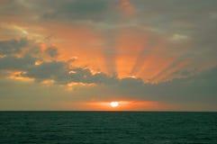 在海洋的日落在Abaco海  戽水者 库存图片